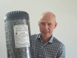 Adm. direktør Ragnar Holthe i Hexagon Composite viser frem selskapeets drivstofftank( Foto: Hexagon Composites)