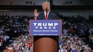 Donald Trump på talerstolen i Florida før debatten den store TV-debatten med Hillary Clinton( Foto: Nrk)