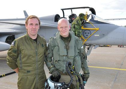 Commander Mikael Olsson TU Jas 39 sammen med den svenske piloten Hans Einert, som har deltatt i øvelsen Baltops i Øsersjøen(Foto: Försvarsmakten)