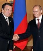 Eks-kansler Gerhard schrøder(t.v.) ber om større forståelse for president Vladimir Putin og Russland(Foto:Wikipedia)