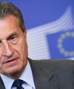 EU-kommisjonær  Günter Oettinger frykter at EU-krisen kan blomstre opp igjen foran det økonomiske toppmøtet i Davos( Foto: DPA)