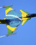 Brasil valgte jagerflyet Gripen som kan ta av og lande på motorveier. Dermed unngår man bombing av en jagerflybase som Ørlandet i Norge( Foto:  Gripen)