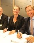 Siemens og  Statnett  sikrer strøm tileuropa.  I midten  sitter  konsserndirektør Elisabeth ike ardheim i  Statnett. Hun  er omkranset av AntonHusøy  og Nils Klippenbberg iSiemens( Foto: Statnett/Siemens)