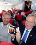Direktør  jørn Kjos viser  fjernsyn i  luften  som første flyselskap i Europa( Foto: Norwegian)