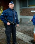 Brussel-policeguardingkidsgoingtoschoolagainon Wednesday. (Photo:AssociatedPress)