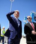 Visepresident Joe Bidden in spirer en finsk kran i New Orleand(Foto: Konecranes)