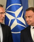 Jens Stoltenberg drøfter en kommende militærøvelse med polakkene8Foto: Associated Press)
