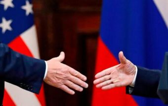 Donald Trump shake hands with president Vladimir Putin(Photo: Associated Press)